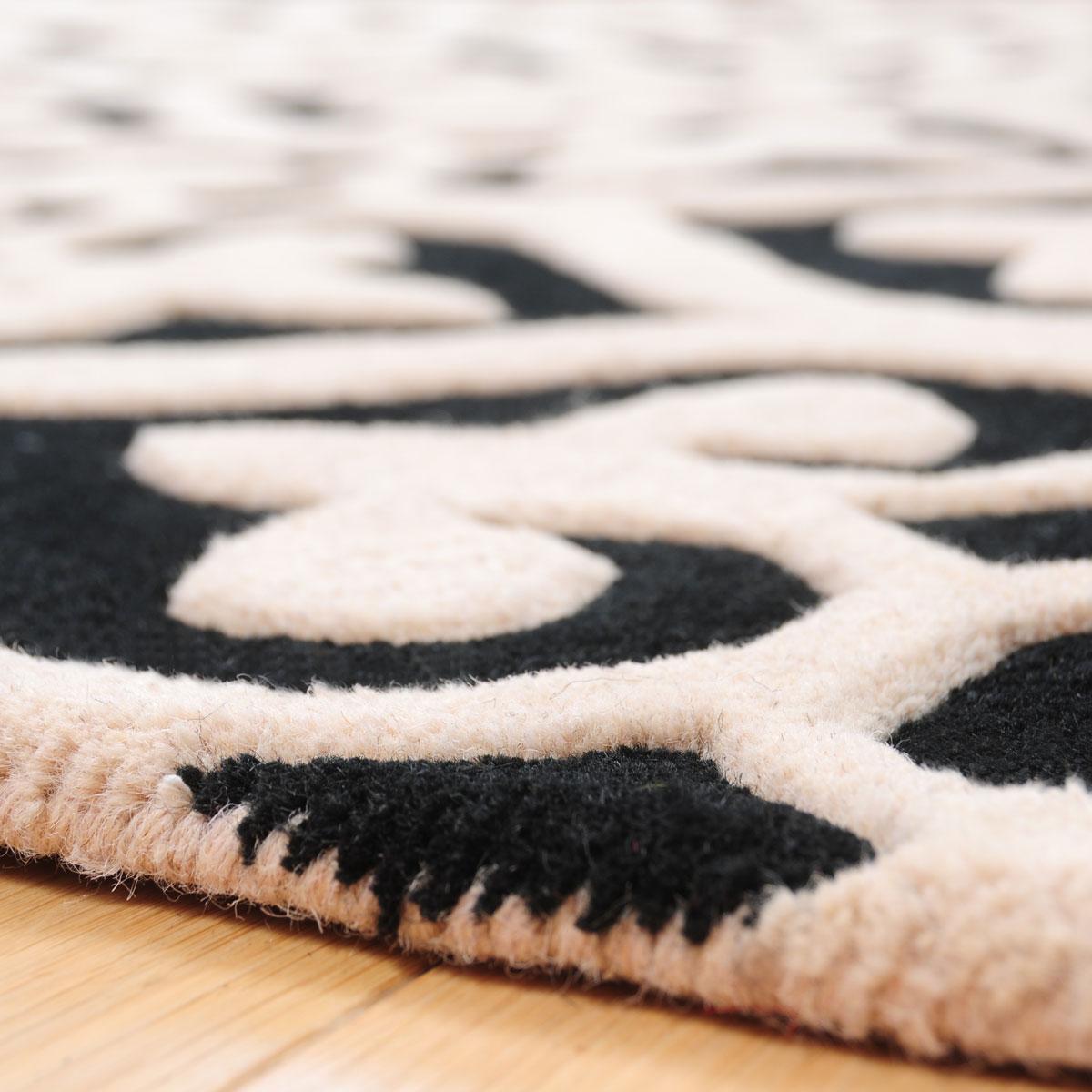 Dywan Z Motywem Koniczyny W Czarno Beżowym Kolorze